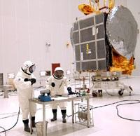 Ergoliers lors du remplissage d'un satellite au Centre spatial guyanais. Crédits : CNES/ESA/Arianespace