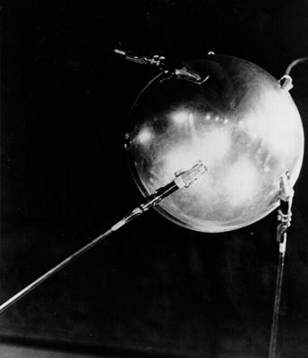 Le premier satellite artificiel  lancé le 4 octobre 1957 par l'Union Soviétique. « Spoutnik » tire son nom du russe « Compagnon de route ». Crédits : S.P.Korolev RSC Energia